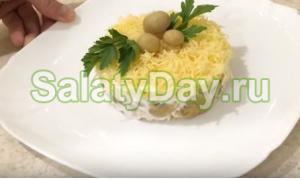 Салат из курицы и соленых грибов