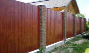 Какой забор лучше деревянный или профнастил