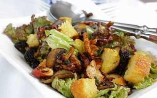 Салат с жареными грибами и солеными огурцами